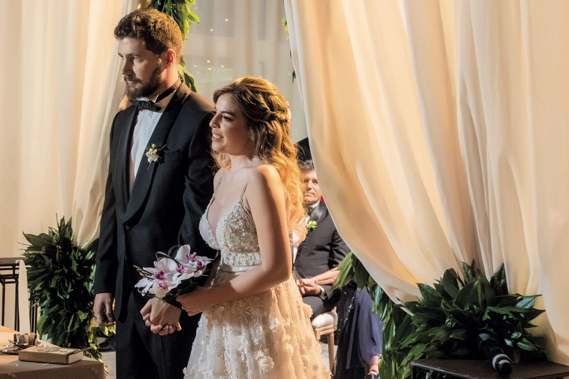 Karina white folla con un amigo el día de su boda