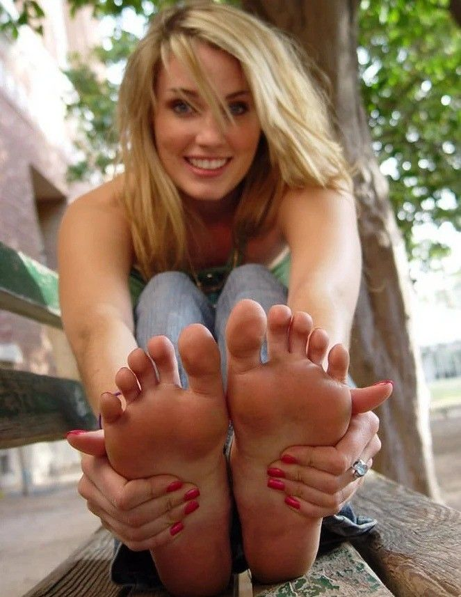 Teens with pretty feet