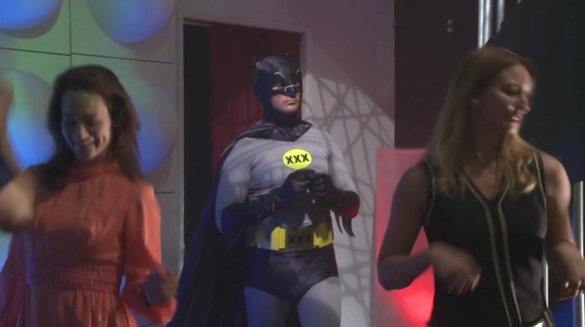 Porno parodia di batman superman con una rossa con gli