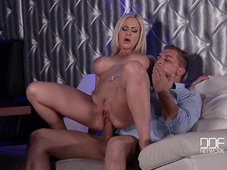Big meloned blonde mom monika wipper inserts dildo in her